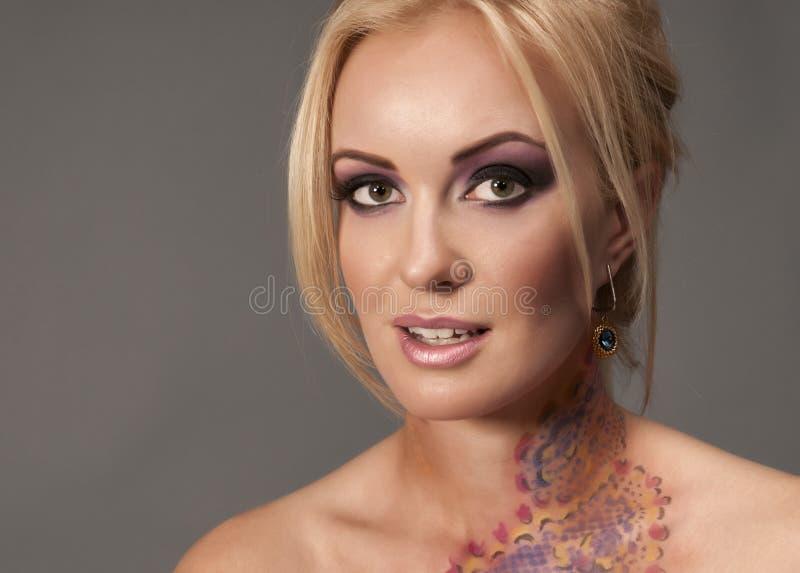 Μοντέρνο πορτρέτο της blondy γυναίκας στοκ φωτογραφίες με δικαίωμα ελεύθερης χρήσης