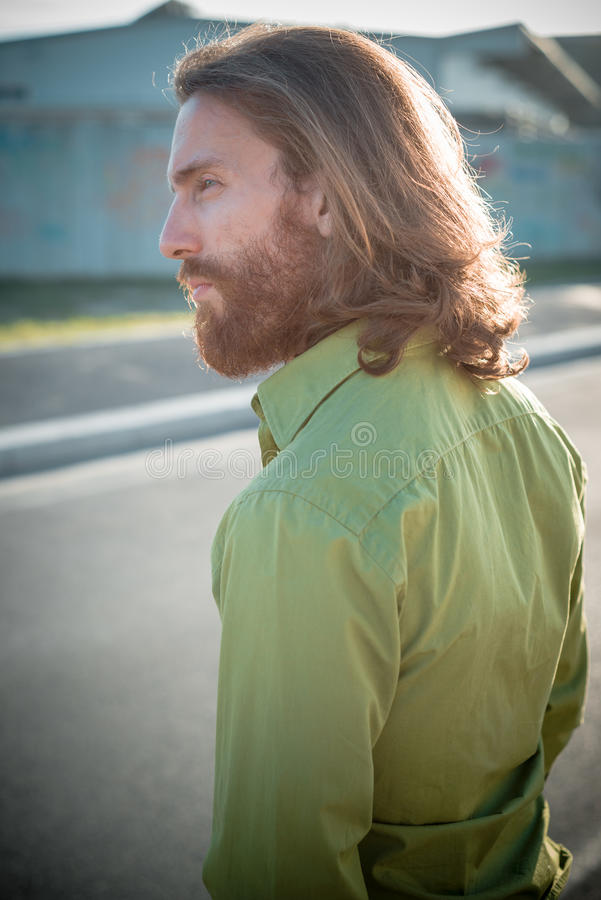 Μοντέρνο πρότυπο hipster με το μακροχρόνιο κόκκινο τρόπο ζωής τρίχας και γενειάδων στοκ φωτογραφία με δικαίωμα ελεύθερης χρήσης