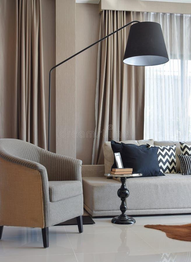 Μοντέρνο σχέδιο καθιστικών με τα γκρίζα ριγωτά μαξιλάρια στον καναπέ στοκ φωτογραφία με δικαίωμα ελεύθερης χρήσης
