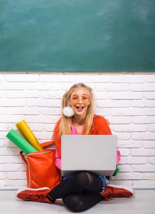 Μοντέρνο υπόβαθρο πινάκων κιμωλίας σπουδαστών κοριτσιών δημιουργικό Μοντέρνο δημιουργικό σύγχρονο κορίτσι Ακριβώς θελήστε έχει τη στοκ φωτογραφία
