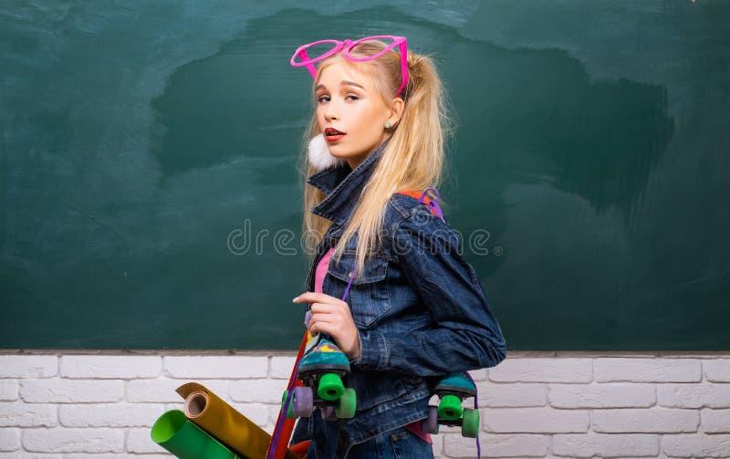 Μοντέρνο υπόβαθρο πινάκων κιμωλίας σπουδαστών κοριτσιών δημιουργικό o Μοντέρνο δημιουργικό σύγχρονο κορίτσι Δημιουργικό ύφος στοκ εικόνες