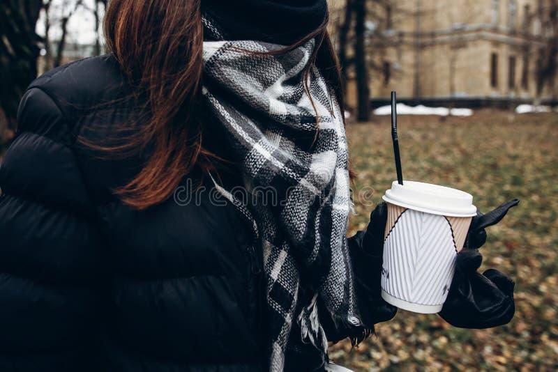 Μοντέρνο φλυτζάνι καφέ εκμετάλλευσης ταξιδιωτικών γυναικών hipster και περπάτημα μέσα στοκ εικόνες