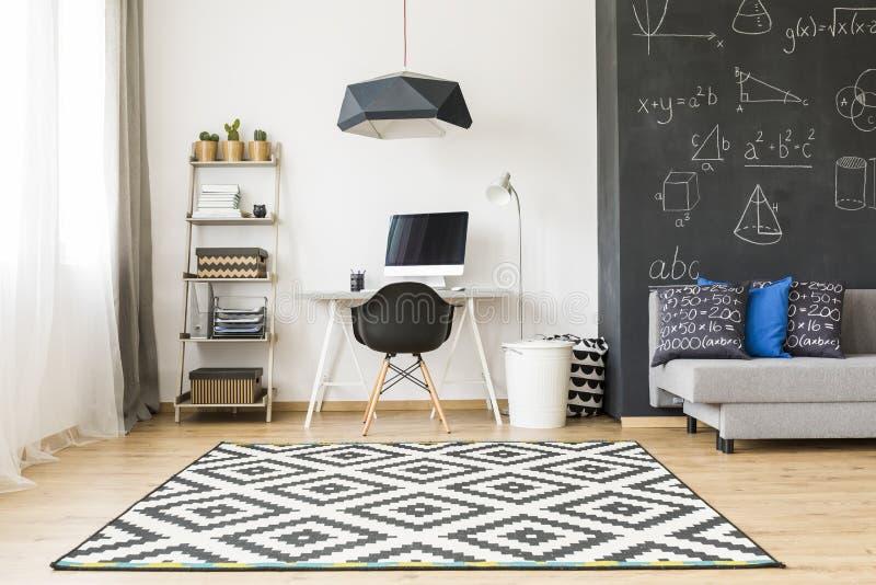 Μοντέρνο δωμάτιο για έναν σπουδαστή στοκ φωτογραφία