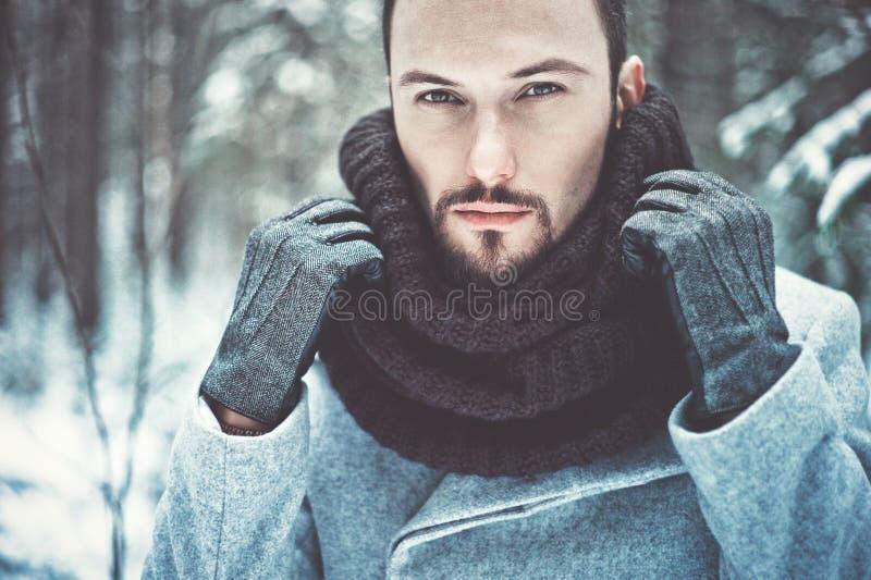 Μοντέρνο όμορφο άτομο στο χειμερινό παλτό στοκ φωτογραφίες με δικαίωμα ελεύθερης χρήσης