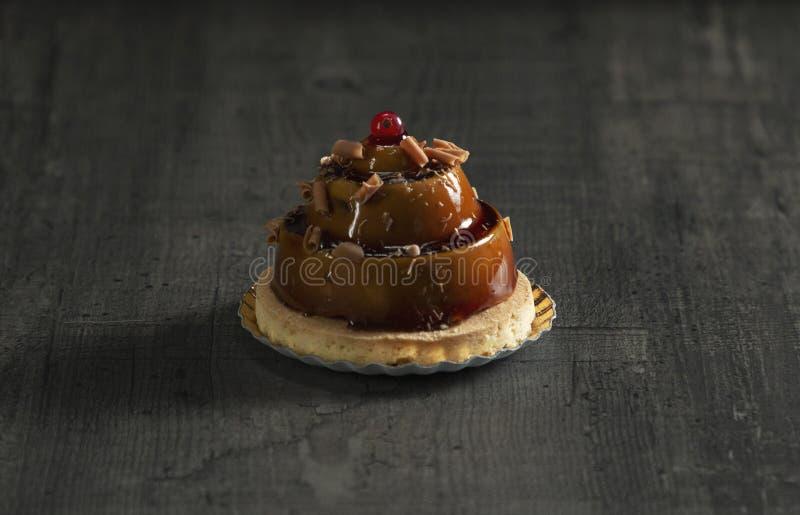 Μοντέρνο όμορφο κέικ καραμέλας με το μούρο στην κορυφή στοκ εικόνα