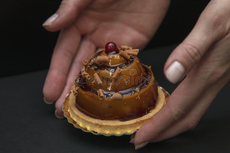 Μοντέρνο όμορφο κέικ καραμέλας με το μούρο στην κορυφή στοκ εικόνες