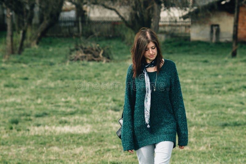 Μοντέρνο όμορφο κορίτσι brunette που περπατά με το photocamera και το SMI στοκ φωτογραφίες με δικαίωμα ελεύθερης χρήσης