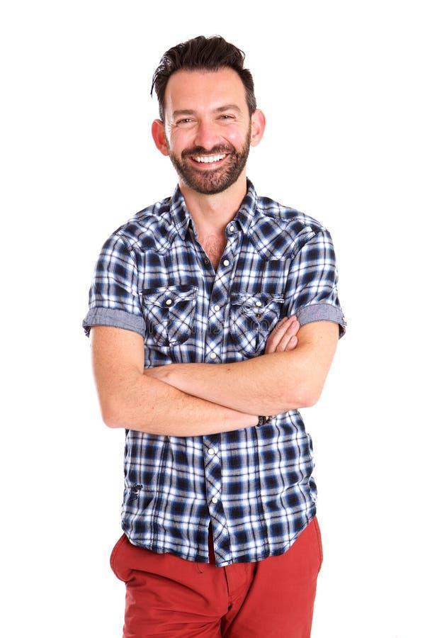 Μοντέρνο ώριμο άτομο που στέκεται με τα όπλα που διασχίζονται και που χαμογελά στοκ φωτογραφία με δικαίωμα ελεύθερης χρήσης