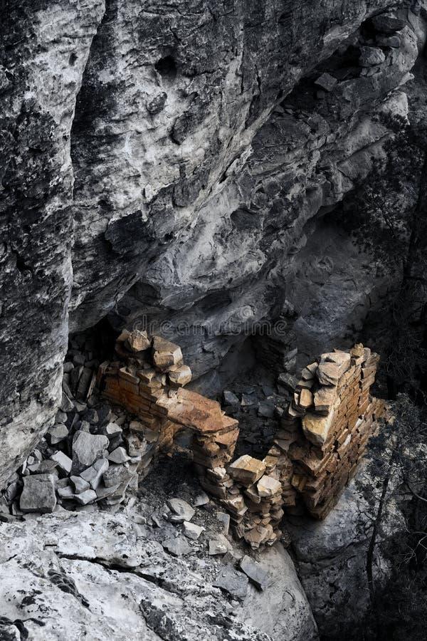 Μοντέρνο B&W που πυροβολείται του αρχαίου δωματίου Anasazi με τους χρυσούς τοίχους στοκ εικόνες