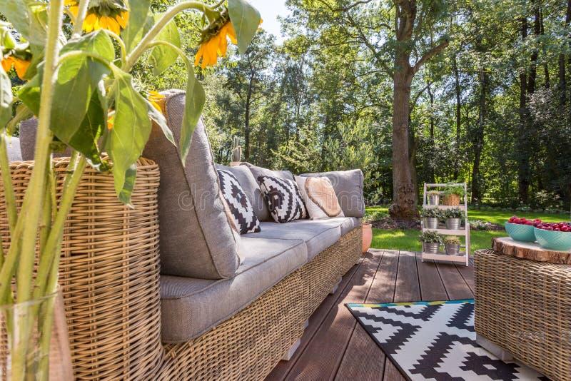 Μοντέρνο patio με τα έπιπλα ινδικού καλάμου στοκ φωτογραφία