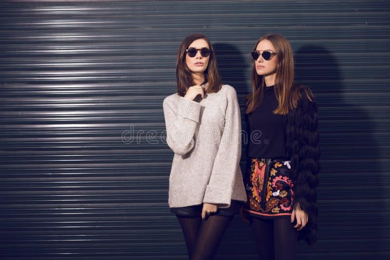 μοντέλα μόδας που θέτουν &del στοκ φωτογραφία με δικαίωμα ελεύθερης χρήσης