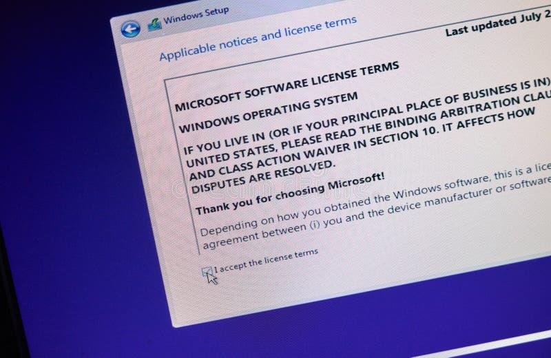 ΜΟΝΤΡΕΑΛ, ΚΑΝΑΔΑΣ - 8 ΝΟΕΜΒΡΊΟΥ 2018: Διαδικασία εγκαταστάσεων και ενεργοποίησης παραθύρων OS σε μια επίδειξη PC Η Microsoft είνα στοκ φωτογραφίες με δικαίωμα ελεύθερης χρήσης