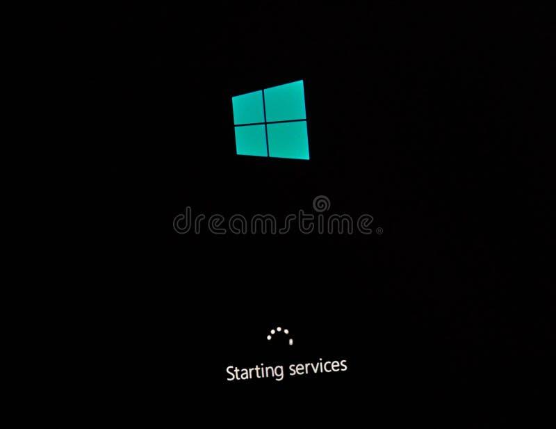 ΜΟΝΤΡΕΑΛ, ΚΑΝΑΔΑΣ - 8 ΝΟΕΜΒΡΊΟΥ 2018: Διαδικασία εγκαταστάσεων και ενεργοποίησης παραθύρων OS σε μια επίδειξη PC Η Microsoft είνα στοκ φωτογραφία με δικαίωμα ελεύθερης χρήσης