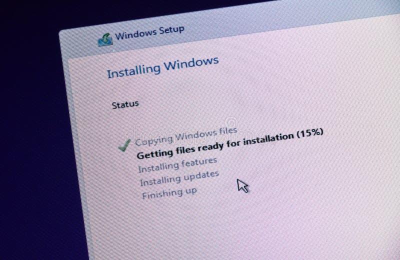 ΜΟΝΤΡΕΑΛ, ΚΑΝΑΔΑΣ - 8 ΝΟΕΜΒΡΊΟΥ 2018: Διαδικασία εγκαταστάσεων και ενεργοποίησης παραθύρων OS σε μια επίδειξη PC Η Microsoft είνα στοκ εικόνες