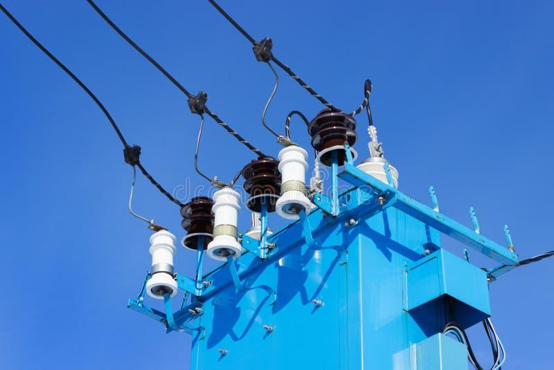 Μονωτές πορσελάνης για τον ηλεκτρικό υποσταθμό στοκ φωτογραφίες