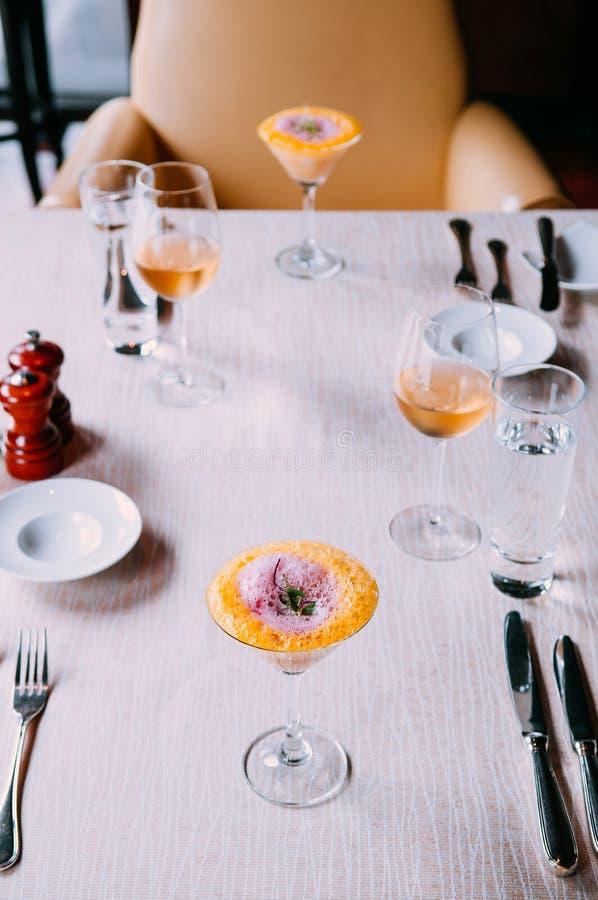 Μοριακή σύγχρονη κουζίνα δημιουργικότητας γαστρονομίας, σούπα αφρού στο gla στοκ φωτογραφία με δικαίωμα ελεύθερης χρήσης