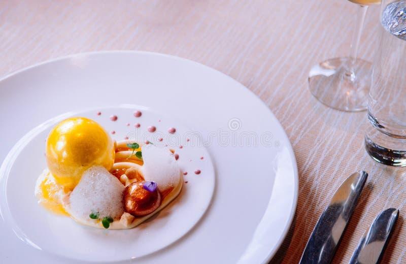 Μοριακή σύγχρονη κουζίνα δημιουργικότητας γαστρονομίας, όμορφα τρόφιμα δ στοκ εικόνες
