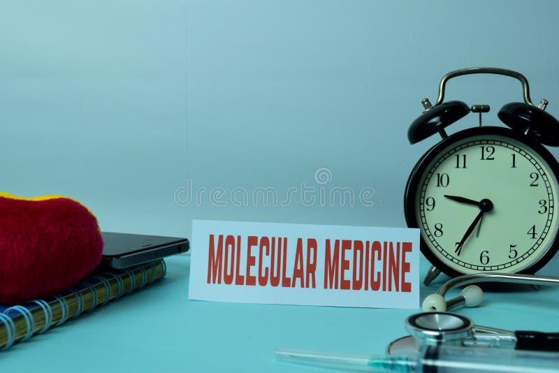Μοριακός προγραμματισμός ιατρικής στο υπόβαθρο του λειτουργώντας πίνακα με τις προμήθειες γραφείων Προγραμματισμός ιατρικής και έ στοκ εικόνες