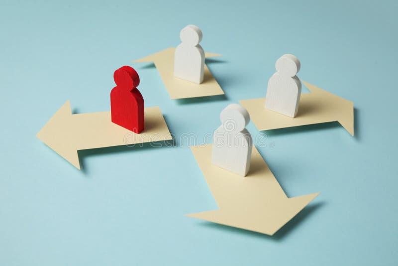 Μορφές και βέλη στο μπλε υπόβαθρο Επιχειρησιακές φιλοδοξία και μετακίνηση στην επιτυχία στοκ φωτογραφίες