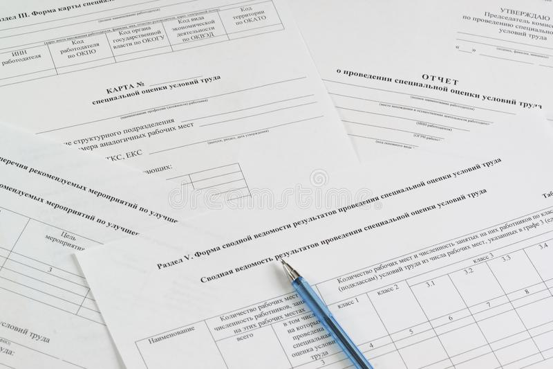 """Μορφές στα ρωσικά: """"Χάρτης, έκθεση και περίληψη της ειδικής αξιολόγησης των συνθηκών εργασίας """", """"κατάλογος συνιστώμενων μέτρων γ στοκ φωτογραφία με δικαίωμα ελεύθερης χρήσης"""