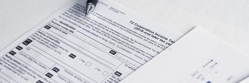 Μορφές φόρου εισοδήματος εταιρειών T2 του Καναδά για να υπολογίσει τα κέρδη και τους φόρους επιχείρησης στοκ εικόνα με δικαίωμα ελεύθερης χρήσης
