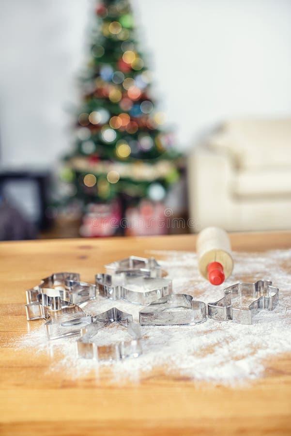 Μορφές ψησίματος Χριστουγέννων με το αλεύρι και τον κύλινδρο στοκ εικόνες με δικαίωμα ελεύθερης χρήσης