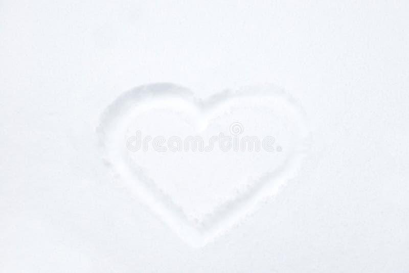 Μορφή καρδιών που επισύρει την προσοχή στο άσπρο χιόνι στοκ εικόνα με δικαίωμα ελεύθερης χρήσης