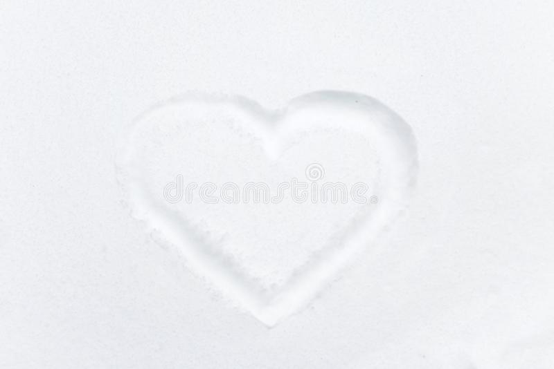 Μορφή καρδιών που επισύρει την προσοχή στο άσπρο χιόνι στοκ φωτογραφία με δικαίωμα ελεύθερης χρήσης