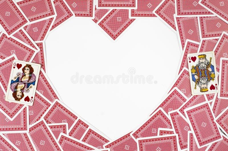 Μορφή καρδιών φιαγμένη από κόκκινες κάρτες παιχνιδιού στοκ εικόνες με δικαίωμα ελεύθερης χρήσης
