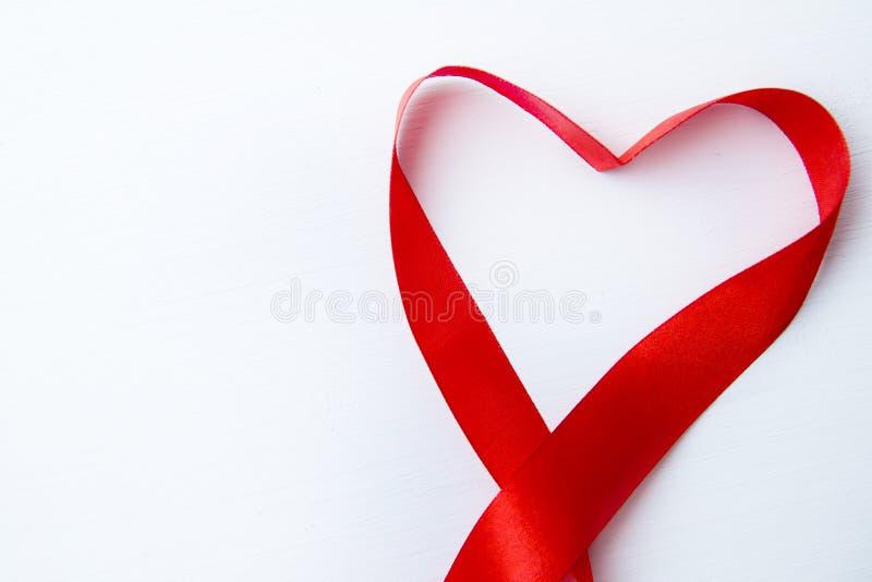 Μορφή καρδιών φιαγμένη από κόκκινη κορδέλλα στο άσπρο ξύλινο υπόβαθρο διάστημα αντιγράφων - βαλεντίνοι και μητέρα Women' 8 Μα στοκ εικόνα με δικαίωμα ελεύθερης χρήσης