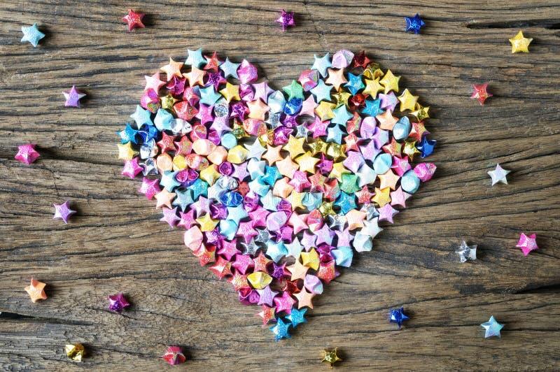 Μορφή καρδιών από το αστέρι origami στο ξύλο στοκ φωτογραφίες με δικαίωμα ελεύθερης χρήσης