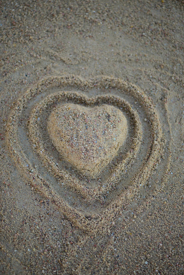 Μορφή καρδιών στην άμμο στην παραλία Τοπ όψη κάθετος στοκ εικόνες με δικαίωμα ελεύθερης χρήσης