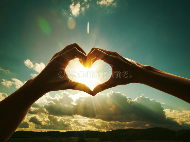 μορφή καρδιών χεριών στοκ εικόνα με δικαίωμα ελεύθερης χρήσης