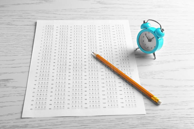 Μορφή, μολύβι και ξυπνητήρι διαγωνισμών στοκ φωτογραφία με δικαίωμα ελεύθερης χρήσης