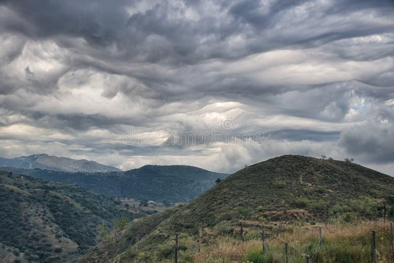 Μορφή σύννεφων στο κύμα όπως τα σχέδια στον ισπανικό ουρανό Asperitas στοκ φωτογραφία
