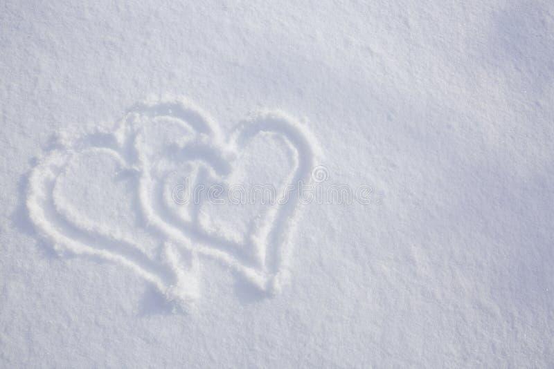 Μορφή δύο καρδιών στο χιόνι στοκ εικόνα με δικαίωμα ελεύθερης χρήσης