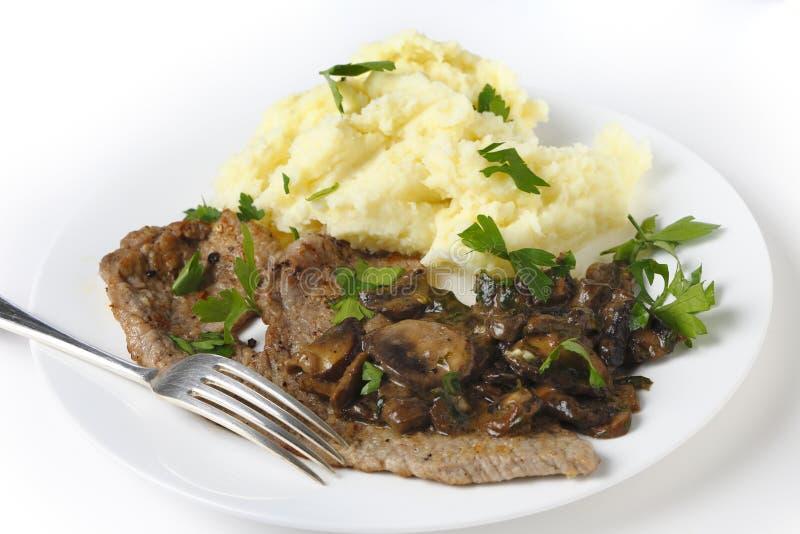 Μοσχαρίσιο κρέας escalope με την πολτοποίηση και τα μανιτάρια στοκ εικόνες