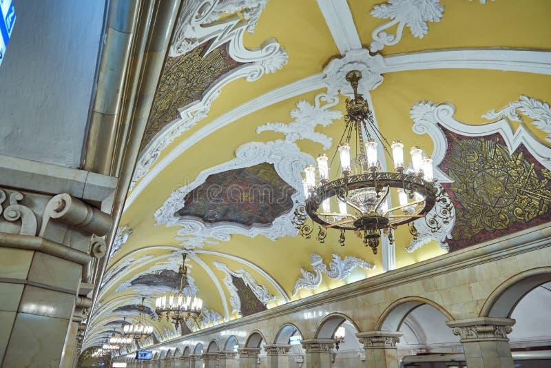 ΜΟΣΧΑ, 13 ΜΑΪΟΥ, 2018: Άποψη του σταθμού Komsomolskaya μετρό υπογείων το ομορφότερο εσωτερικό με το στόκο plasterwork, μεταλλικό  στοκ φωτογραφίες