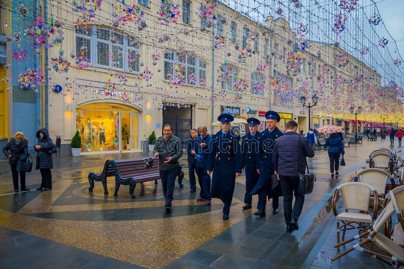 ΜΟΣΧΑ, ΡΩΣΙΑ 24 ΑΠΡΙΛΙΟΥ, 2018: Υπαίθρια άποψη της ομάδας ατόμων που φορούν το μπλε ναυτικό ομοιόμορφο και που περπατούν κοντά σε στοκ εικόνες