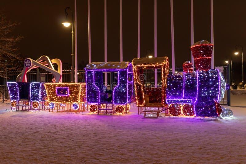 ΜΟΣΧΑ, ΡΩΣΙΑ - 15 ΔΕΚΕΜΒΡΊΟΥ 2018: Νέες luminescent υπαίθριες διακοσμήσεις έτους και Χριστουγέννων στο πάρκο Sireneviy Ελαφριές γ στοκ εικόνα με δικαίωμα ελεύθερης χρήσης