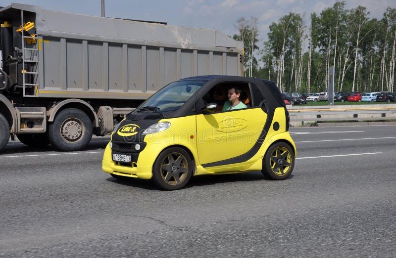 ΜΟΣΧΑ, ΡΩΣΙΑ - 29 05 2015 Κίτρινο έξυπνο αυτοκίνητο με τη διαφήμιση γραμμή-Χ στην περιφερειακή οδό της Μόσχας στοκ φωτογραφίες με δικαίωμα ελεύθερης χρήσης