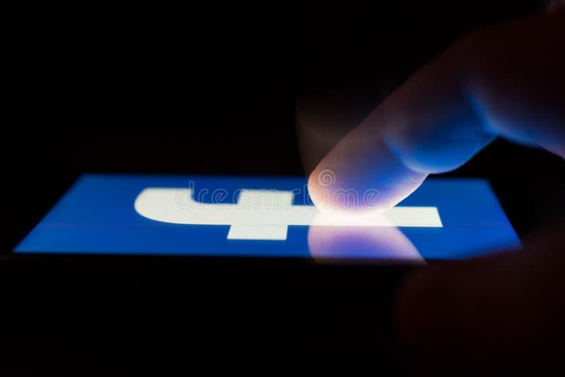 ΜΟΣΧΑ, ΡΩΣΙΑ - 9 Μαΐου 2018: Ένα smartphone που βρίσκεται σε έναν πίνακα στο σκοτάδι, που επιδεικνύει το λογότυπο του Facebook στοκ φωτογραφίες με δικαίωμα ελεύθερης χρήσης