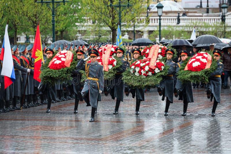 ΜΟΣΧΑ, ΡΩΣΙΑ - 8 ΜΑΐΟΥ 2017: Η φρουρά τιμής του συντάγματος 154 Preobrazhensky στην ομοιόμορφη τοποθέτηση πεζικού ανθίζει στοκ φωτογραφίες