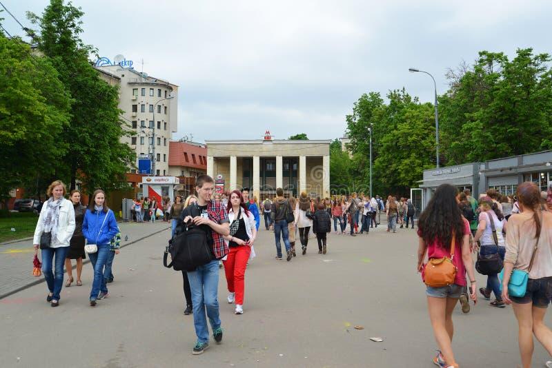 ΜΟΣΧΑ, ΡΩΣΙΑ - 23 ΜΑΐΟΥ 2015: Φεστιβάλ των χρωμάτων Holi στο στάδιο Luzhniki Οι ρίζες αυτού του φεστιβάλ είναι στην Ινδία, όπου κ στοκ εικόνες με δικαίωμα ελεύθερης χρήσης