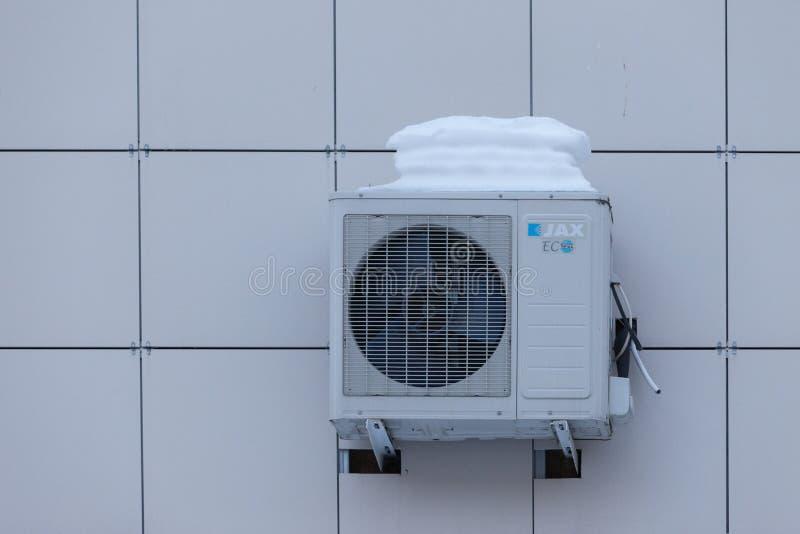 ΜΟΣΧΑ, ΡΩΣΙΑ - 20 ΜΑΡΤΊΟΥ 2018: Ένα χιόνι ΚΑΠ σε ένα κλιματιστικό μηχάνημα στον τοίχο ενός κρατικού οργάνου στοκ εικόνες με δικαίωμα ελεύθερης χρήσης