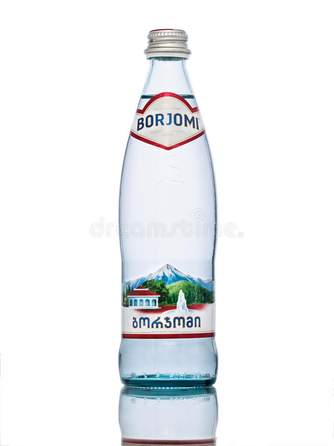 ΜΟΣΧΑ, ΡΩΣΙΑ - 17 ΜΑΡΤΊΟΥ 2017: Μπουκάλι γυαλιού του μεταλλικού νερού Borjomi στοκ εικόνες