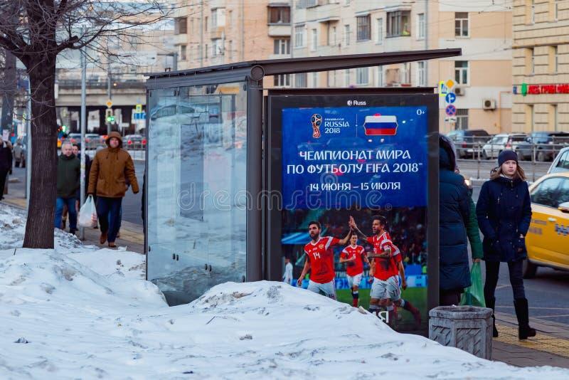 ΜΟΣΧΑ, ΡΩΣΙΑ - 28 ΜΑΡΤΊΟΥ 2018: Στάση δημόσιων συγκοινωνιών με τη διαφήμιση του πίνακα διαφημίσεων του Παγκόσμιου Κυπέλλου της FI στοκ φωτογραφία