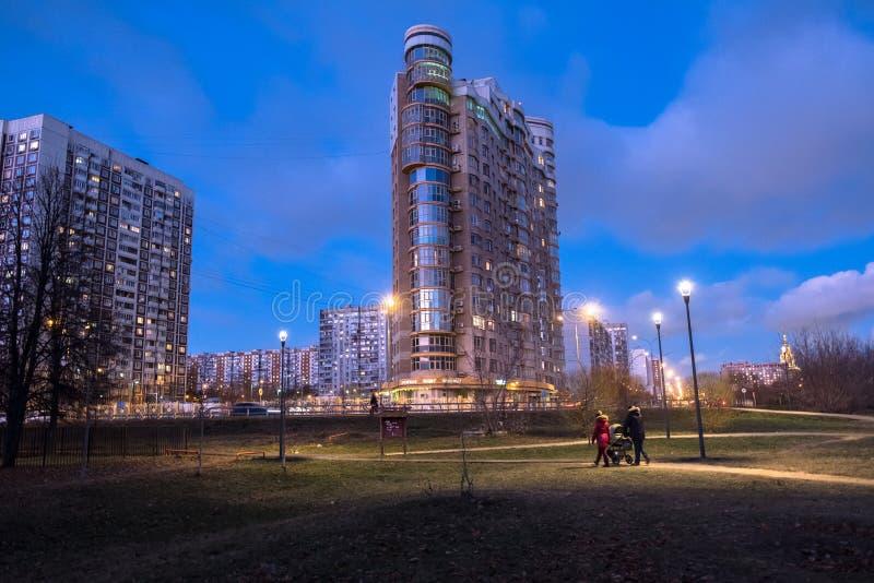 ΜΟΣΧΑ, ΡΩΣΙΑ, 21 ΝΟΕΜΒΡΙΟΥ, 2018: Άποψη φθινοπώρου βραδιού της φιλικής προς το περιβάλλον άνετης κατοικημένης περιοχής στη Μόσχα  στοκ φωτογραφία