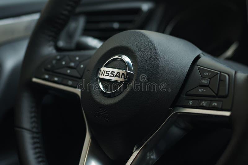 ΜΟΣΧΑ, ΡΩΣΙΑ - 3 ΣΕΠΤΕΜΒΡΊΟΥ 2018: Τιμόνι του Χ-ίχνους της Nissan με το λογότυπο Κουμπιά ελέγχου στο τιμόνι στοκ εικόνες
