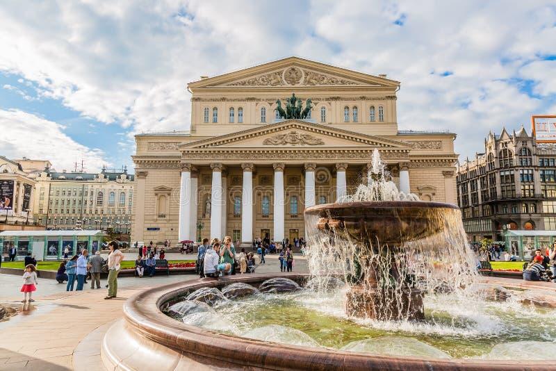 ΜΟΣΧΑ, ΡΩΣΙΑ - ΤΟΝ ΙΟΎΝΙΟ ΤΟΥ 2017: Πηγή και θέατρο Bolshoi κατά τη διάρκεια της θερινής ημέρας Διάσημο ορόσημο της Μόσχας στοκ εικόνα